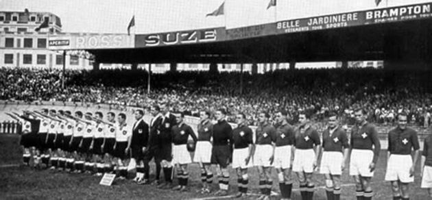 La selecci�n alemana realiza el saludo nazi.