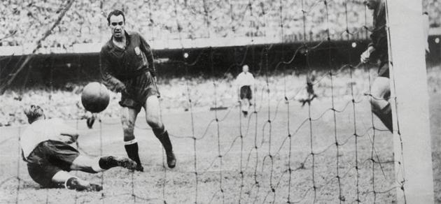 Zarra marca ante Hughes y ese tanto supone la eliminación de Inglaterra. Foto: MARCA