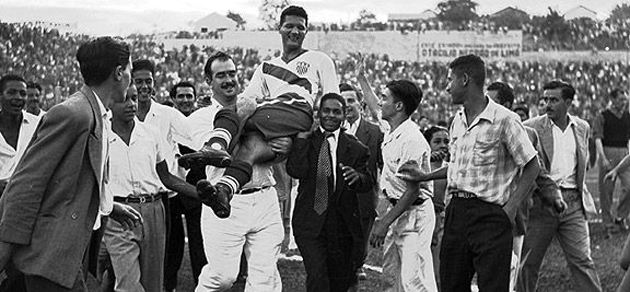 Joe Gaetjens sale en hombros tras su gol ante Inglaterra.