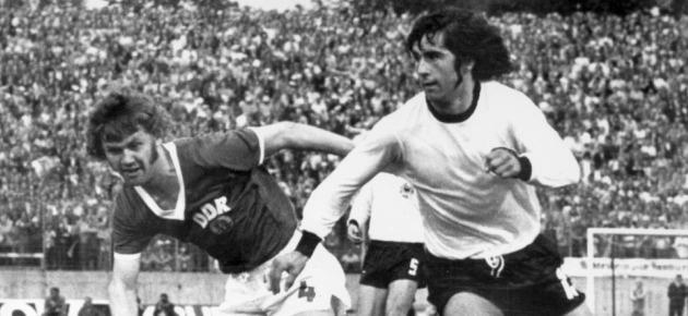 Gerd M�ller se marcha de un rival.