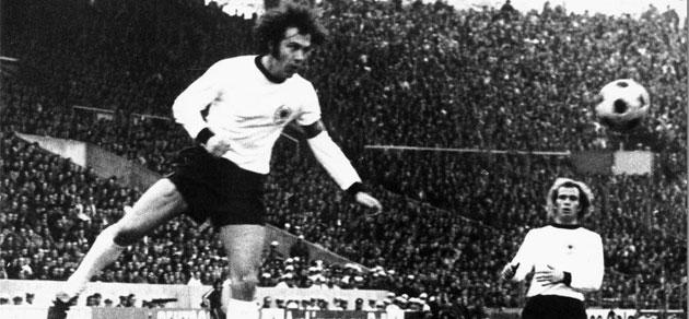 Beckenbauer remata un bal�n con la selecci�n alemana.