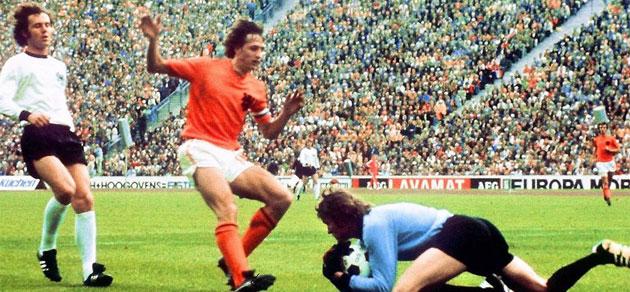 Cruyff intenta llegar a un bal�n.