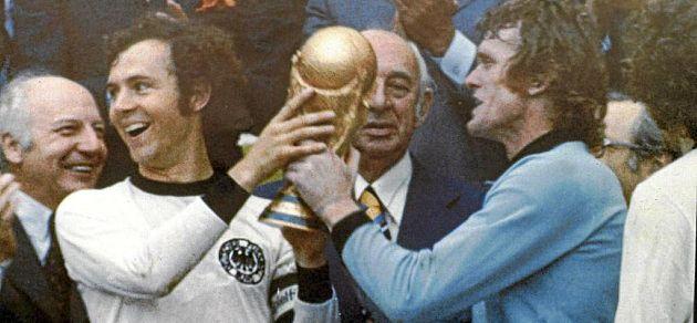 Franz Beckenbauer y Sepp Maier sujetan la Copa del Mundo