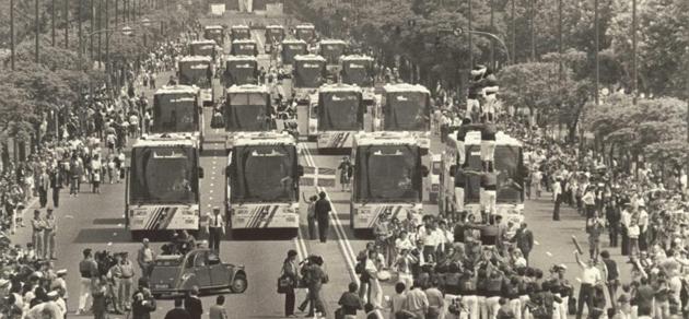 Desfile por el Paseo de la Castellana de los autobuses de cada selecci�n. FOTO: MARCA.