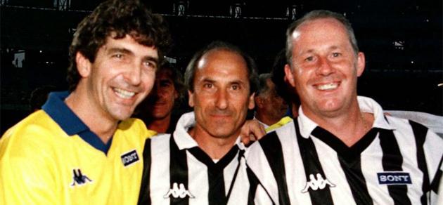 Liam Brady, Paolo Rossi y Giuseppe Furino, antes de un partido.