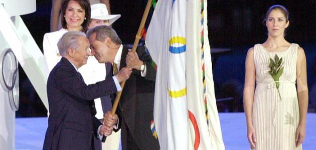 Samaranch entrega la bandera ol�mpica a Dimitris L. Avramopoulos para los Juegos Ol�mpicos de Atenas'04. Foto: MARCA