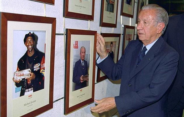 Samaranch coloca su cuadro con el MARCA Leyenda en la redacción de MARCA. Foto: MARCA