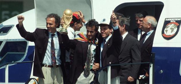 Alemania baja del avi�n con la Copa del Mundo en 1990.