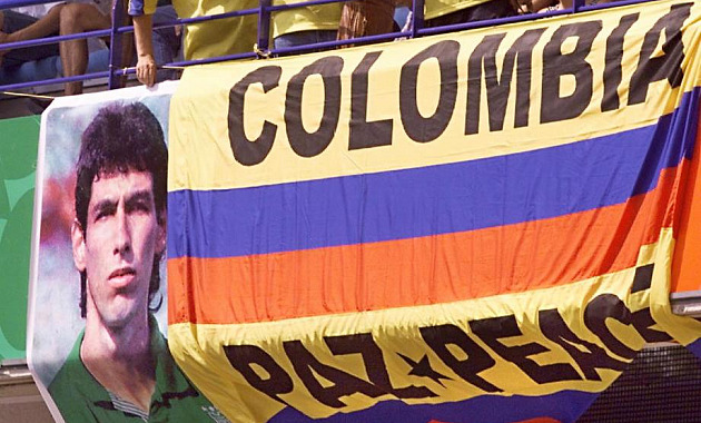 Aficionados con una pancarta con la imagen de Andrés Escobar tras ser asesinado Foto: AFP