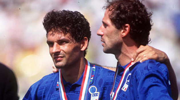 Baggio y Baresi, durante la entrega de medallas tras perder la final ante Brasil