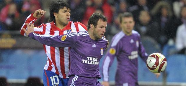 Ag�ero lucha por un bal�n ante el Galatasaray.