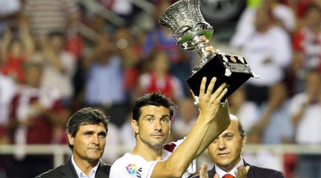 Mart� muestra la Supercopa de Espa�a a su afici�n.