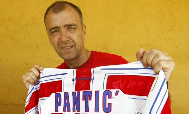 Milinko Pantic posa con su camiseta del Atl�tico de Madrid.