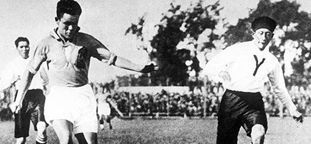 Un futbolista de Uruguay, con una boina durante un partido. FOTO: FIFA.com