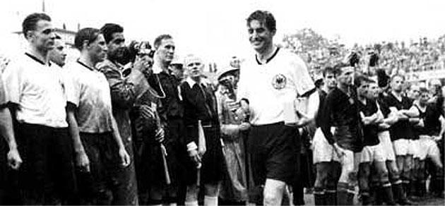 Fritz Walter recoge la Copa Jules Rimet tras ganar la Alemania Federal a Hungría en la final