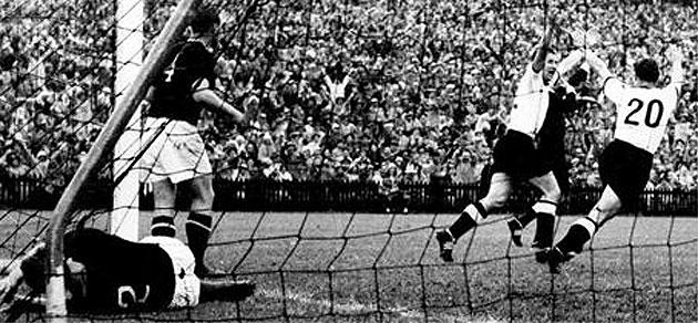 Helmut Rahn marca el gol de la victoria para la Alemania Federal. Foto: FIFA.com