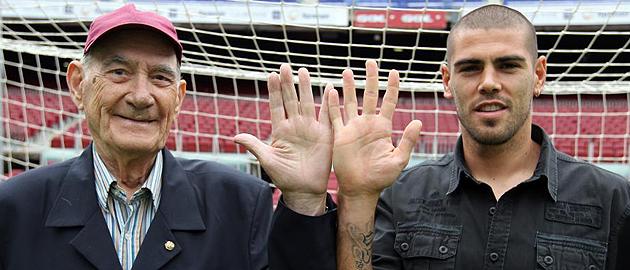 Ramallets y Vald�s posan en una de las porter�as del Camp Nou.
