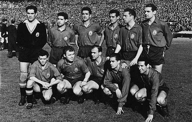 Formación de España en la que jugaban Kubala, Di Stéfano y Luis Suárez- los tres de abajo en el medio- ./FOTO: ARCHIVO MARCA