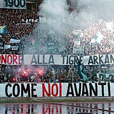 La pancarta en el Olímpico de Roma en recuerdo al Tigre Arkan.