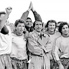 Valentin Ceaucescu, con los jugadores del Steaua