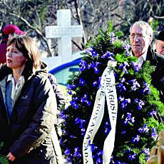 Valentin, llevando coronas a la tumba de sus padres