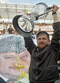 Razman, con la Copa y la pancarta que desplegaron los jugadores con la imagen de su padre