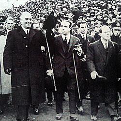 Alvear (centro) y Justo (izquierda), en la inauguración de La Bombonera de madera en 1924