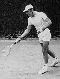 Martorell, jugando al tenis.