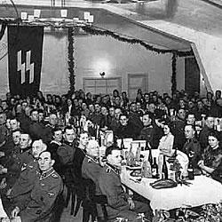 Cena de Navidad en 1943 de los oficiales de las SS de KZ de Neuengamme (fuente www.elholocausto.net)
