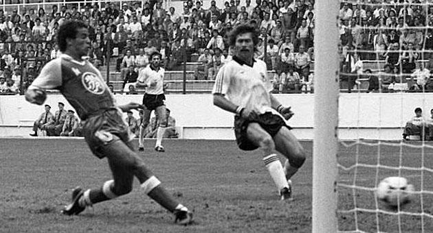 El gol de Belloumi a Alemania en el Mundial de España, el 1-2.