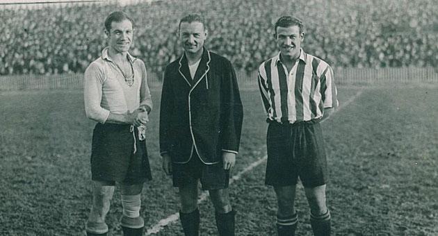 En el centro, Vallana en su faceta de árbitro en un Athletic-Alavés / Archivo MARCA