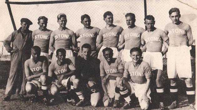 Evald Mikson, de negro, con la selección de Estonia. (Militaar.net)